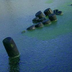 Palissade dwarrelen door het water
