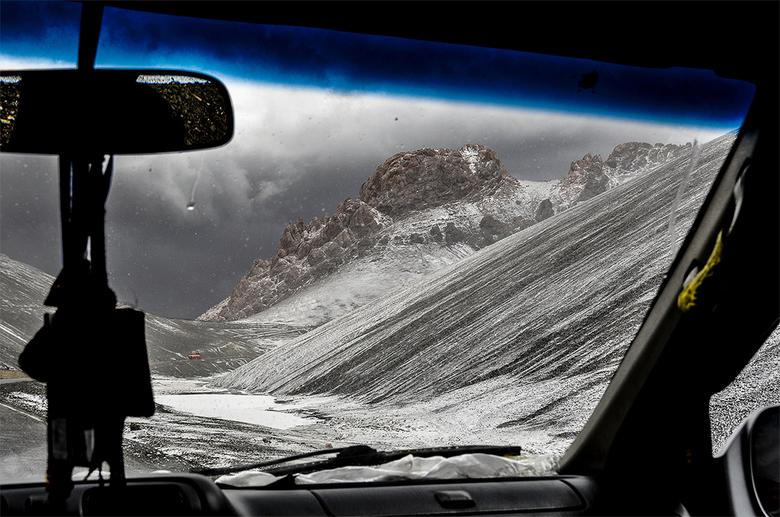 Tibet, Largen La pas. - Onderweg naar het ijzige Namtso Lake in Tibet passeren we de Largen La pas (5160 m). Een enorme desolate, ruige omgeving, mooi
