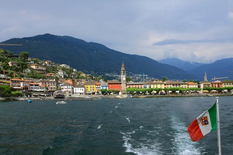 Ascona vanuit de boot 2 - Even terug naar de afgelopen zomer vakantie.<br /> Hier nog een opname vanuit de boot richting Ascona, dat we net verlaten