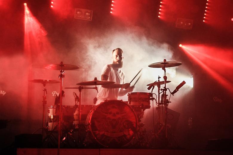 Drummer van The Dirty Daddies - De drummer van The Dirty Daddies in actie op het podium.  Mooi uitgelicht door het witte licht.