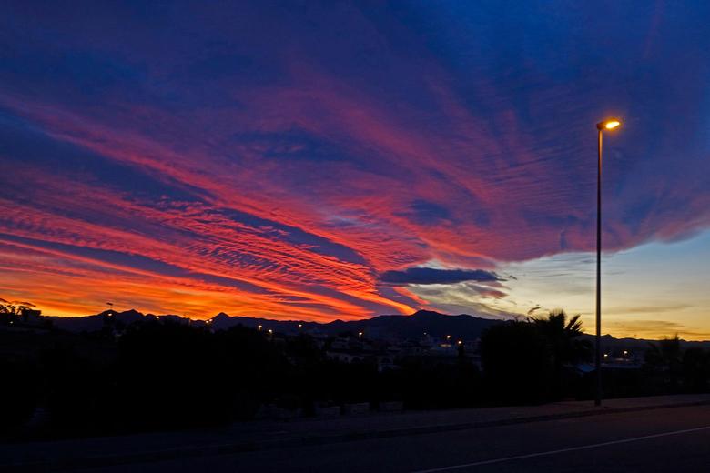 Lucht - Een bijzondere zonsondergang. gr.Nel