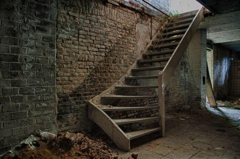 Trap`m omhoog - Foto gemaakt in HDR. Gefotografeerd in een oude destilleerderij. Urbex gerelateerd.