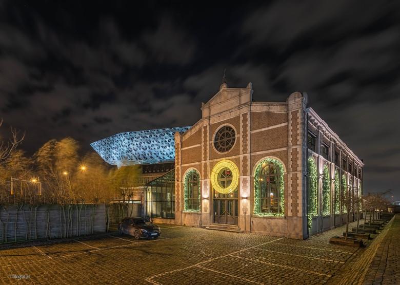 Noël D'Anvers - Dit restaurant vond ik, nadat ik het havengebouw van Antwerpen (op de achtergrond zichtbaar) had vastgelegd, interessant om te fotogra