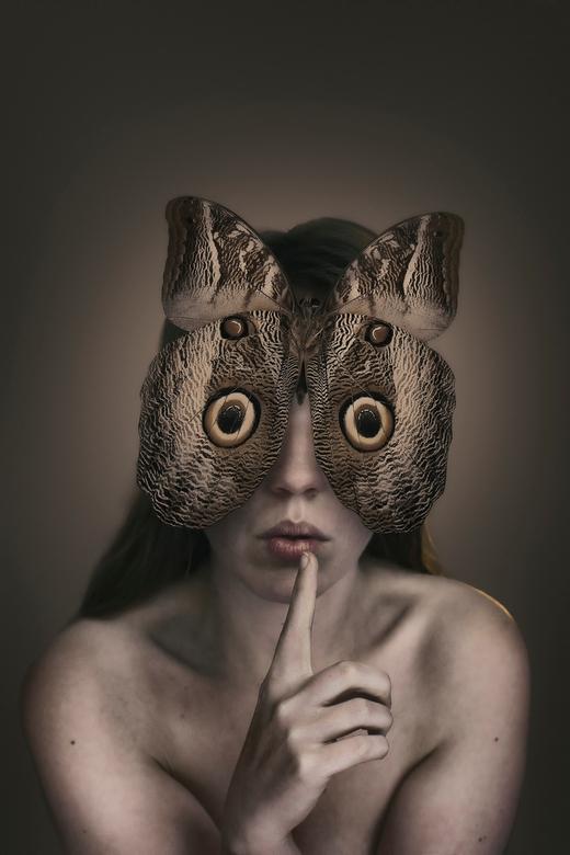 See, speak and hear no evil - Een eigen versie van horen, zien, zwijgen. De vlinder dekt de ogen en oren af (waardoor er ironisch gezien nieuwe ogen o