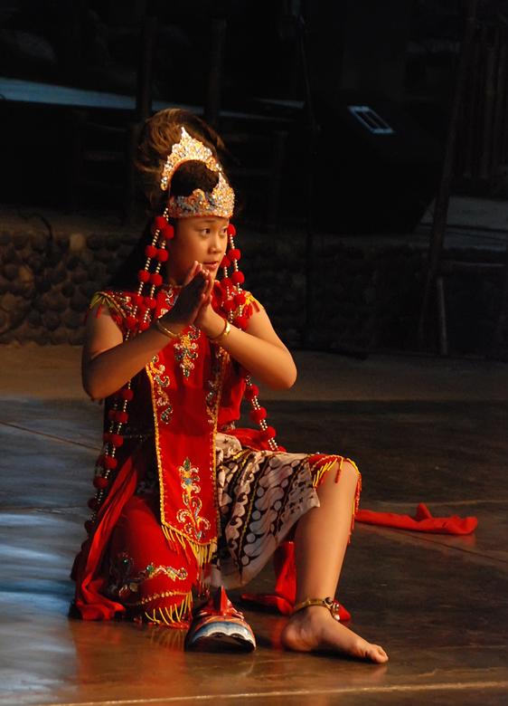 Javaans danseresje - Javaans danseresje bij een Angklungschool. Ik wist niet dat het binnen zou zijn en had geen externe flitser. Moest dus andere din