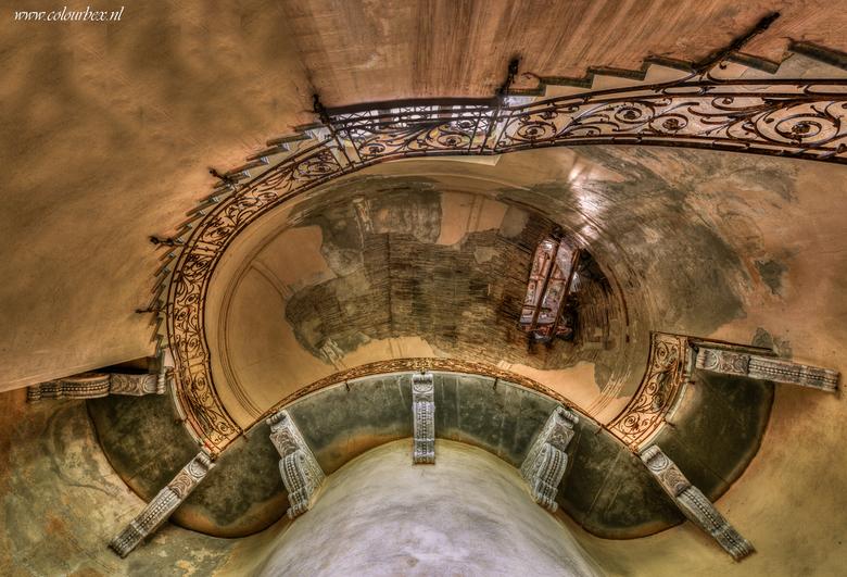 Scala italiana - Een gigantisch grote trap in een verlaten kasteel in Italie. Ik heb al veel trappen mogen vastleggen, maar toch verbazen ze me telken