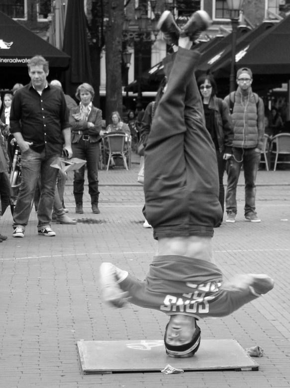 Breakdancer op straat - Breakdancer op straat op zijn kop tijdens een spin