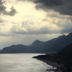 Wolkenluchten boven de zee.