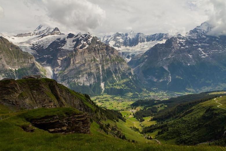 Grindelwald - First - 2 dagen Lauterbrunnen meegepikt op weg naar Corsica. De eerste dag omhoog vanuit Grindelwald met de First. Overzicht met uitzich