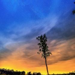 Melkweg door de wolken en lichtvervuiling heen