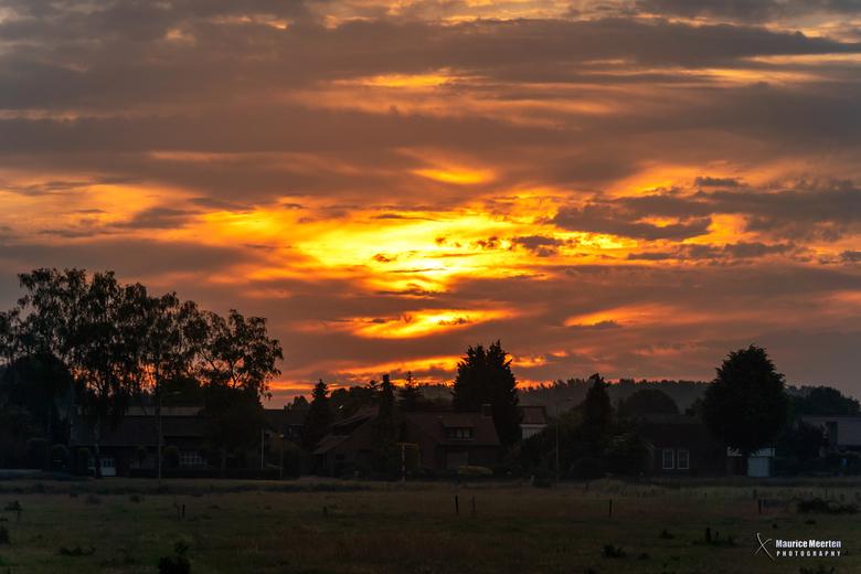 Kleurrijke lucht bij zonsopkomst met voorgrondje - Kleurrijke lucht bij zonsopkomst met voorgrondje