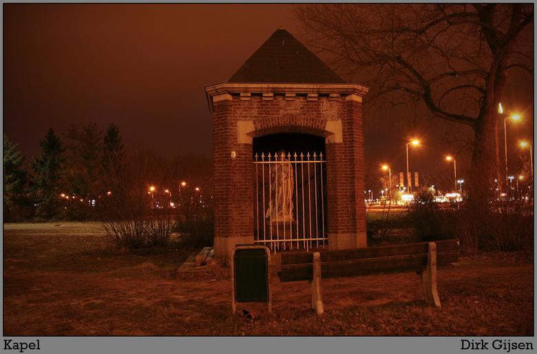kapelletje - een kapelletje dat tussen andere doosjes staat. het wordt echter niet echt bezocht volgens mij. <br /> <br /> Kom er langs als ik ga we
