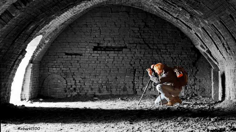 """Shot-in-the-light... - Fotoclubgenoot Peter """"Shot-in-the-Dark"""" is druk bezig een foto te maken vanuit een oude grote oven  (voor bakstenen)"""