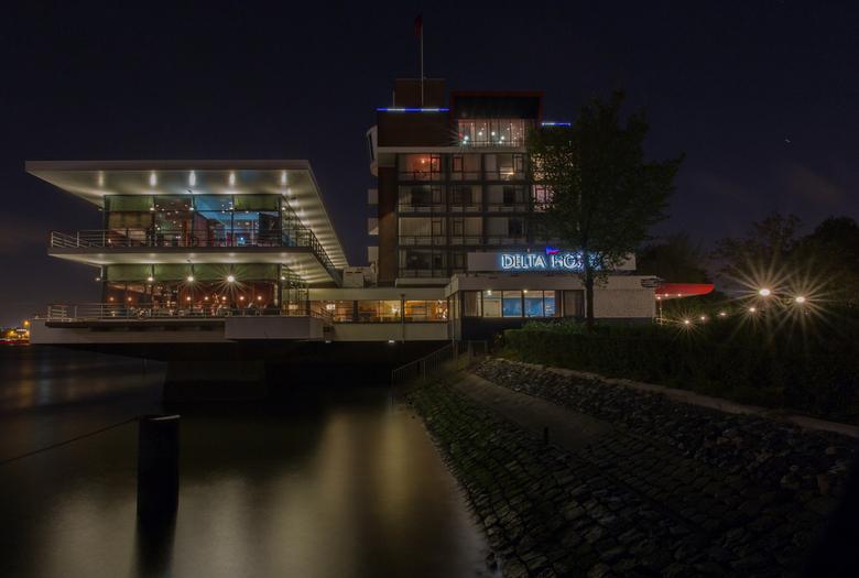 Delta hotel at night - Het vlaardingse Delta hotel in de avond