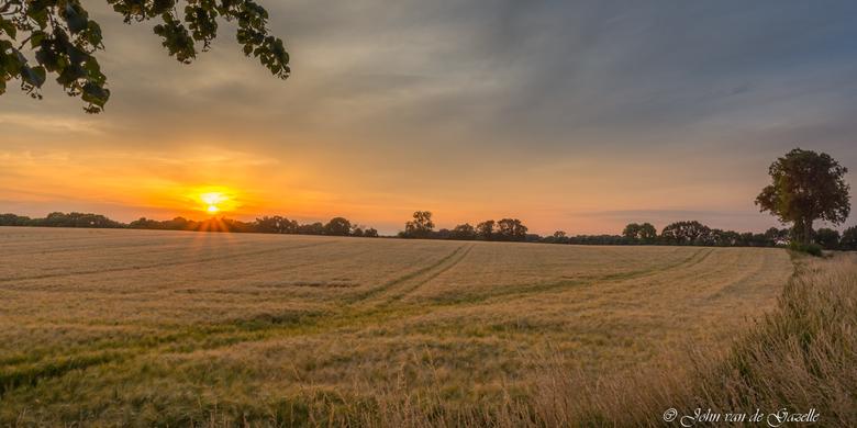 Zonsondergang Amstenrade - Deze opname heb ik tussen Merkelbeek en Amstenrade tijdens de zonsondergang gemaakt.<br /> <br /> Efix: ISO 100, 17 mm, f