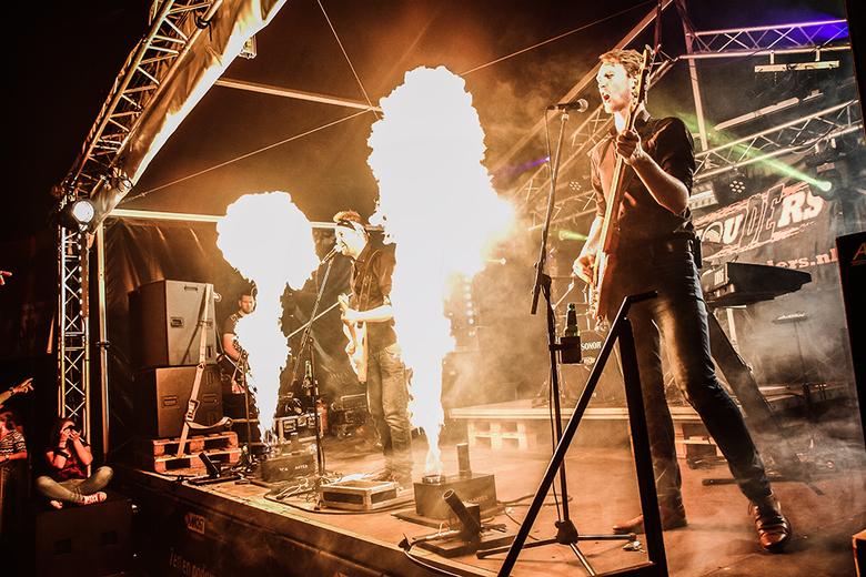 Vlammend optreden - Optreden van een band met vlammenwerpers.