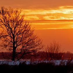 de zon kleurt oranje op de beulaker