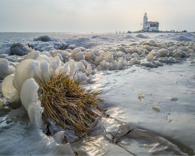 Winter in Marken - Het aangevroren ijs aan de rand van het IJselmeer. Met in de achtergrond de Vuurtoren van Marken. Vroeg opgestaan, helaas viel de z