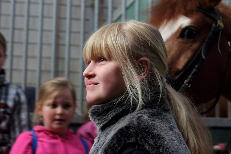 Trots - Tijdens een veiligheidscursus voor omgang met paarden mocht zij het paard op stal zetten.<br /> <br />