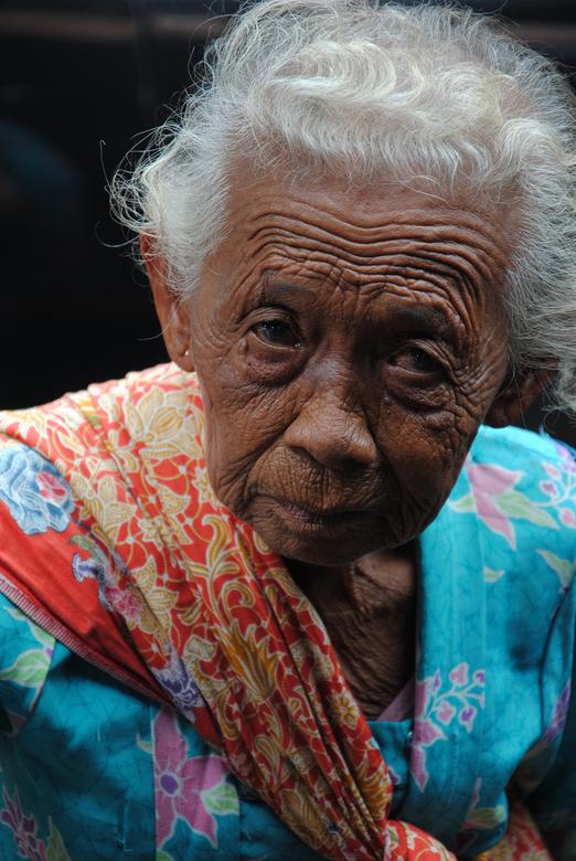 Old Rinkly Woman - Ze liep recht op mij af op een markt in Indonesie.