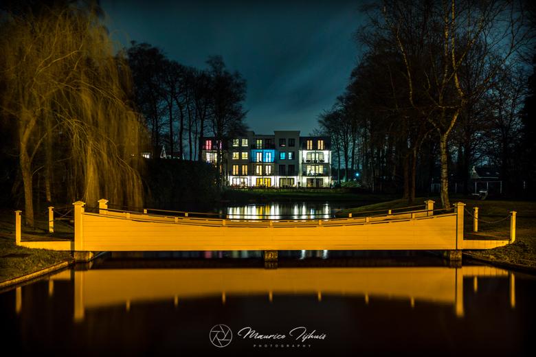 Kleurenflat - Dit beeld stond al geruime tijd op mijn verlanglijstje, vlakbij Paleis Soestdijk ligt een appartementencomplex dat 's nachts een kl