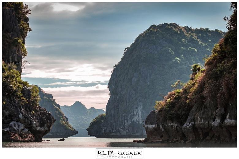 """Sound of sunrise - T H E . S O U N D . O F . S U S H I N E <br /> <br /> Halong Bay is sinds 2012 één van de """"7 Wonders of Nature"""". Het is een eilan"""