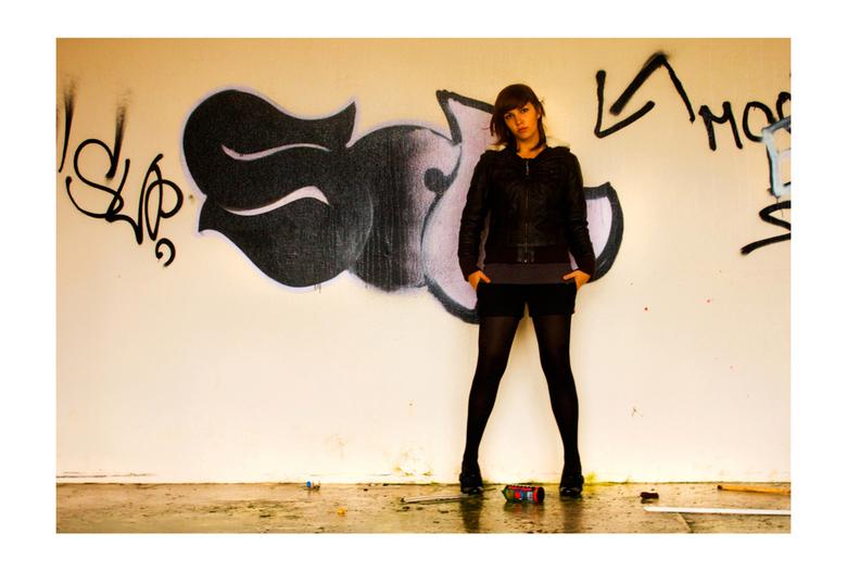 guilty or not? - portret van Joshien tegen een wand met graffiti in het oud RTT-gebouw in Oostduinkerke...een lege spuitbus ligt aan haar voeten...gui