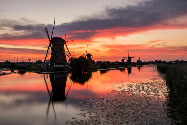 Sunset Kinderdijk - Een adembenemend mooie zonsondergang gisteravond bij de molens in Kinderdijk.