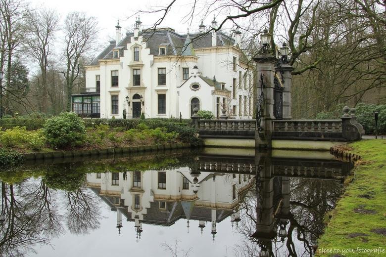 kasteel staverden 4 spiegeling  - de andere kant van het kasteel, het was wind-stil, de spiegeling van het kasteel kwam heel mooi uit.