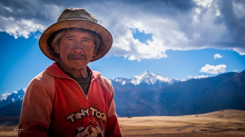 Tiny Toon - Een kleine peruviaanse man op zijn veld in de prachtige streek van Cusco. Zeer vriendelijk kwam hij ons begroeten... uiteindelijk was zijn