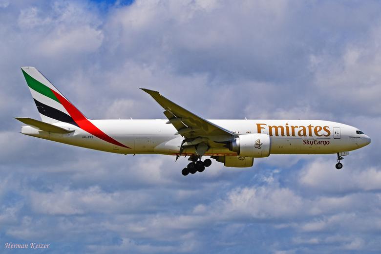 Emirates SkyCargo A6-EFI - Emirates SkyCargo Boeing 777-F1H, reg. A6-EFI op short final voor de Aalsmeerbaan.