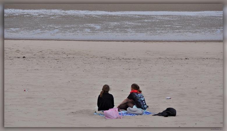 Wachten op de Zomer - Het was vandaag een mooie dag in Vlissingen, maar halverwege de middag betrok het.<br /> Toch zijn er altijd mensen op het stra
