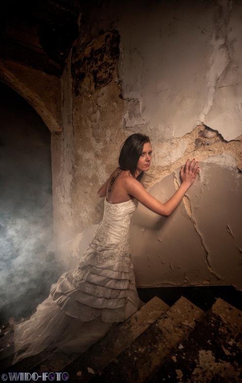 Waar is hier de nooduitgang?! - Fotoshoot in een oud klooster. Voor mij de eerste keer met een model. Gebruik gemaakt van een daglichtlamp en een rook