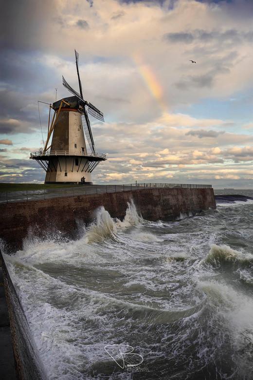 All Melody - Dit beeld is er eentje die ik al langere tijd wilde maken. Woeste golven bij de Oranjemolen te Vlissingen, met een wolkenlucht gekleurd d