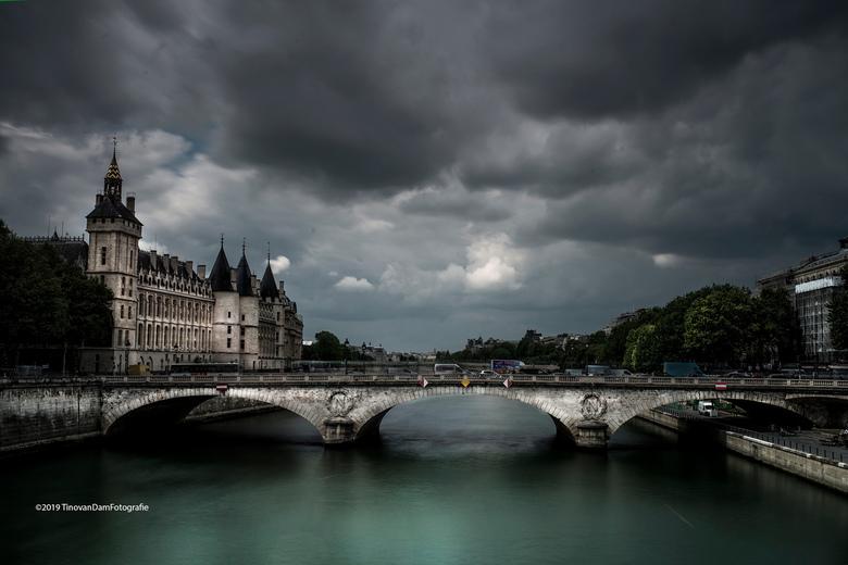 Paris cloudy - Parijs is een prachtige stad, zelfs als het bewolkt is. Filters gebruikt en in PS doorgedrukt en tegen gehouden.