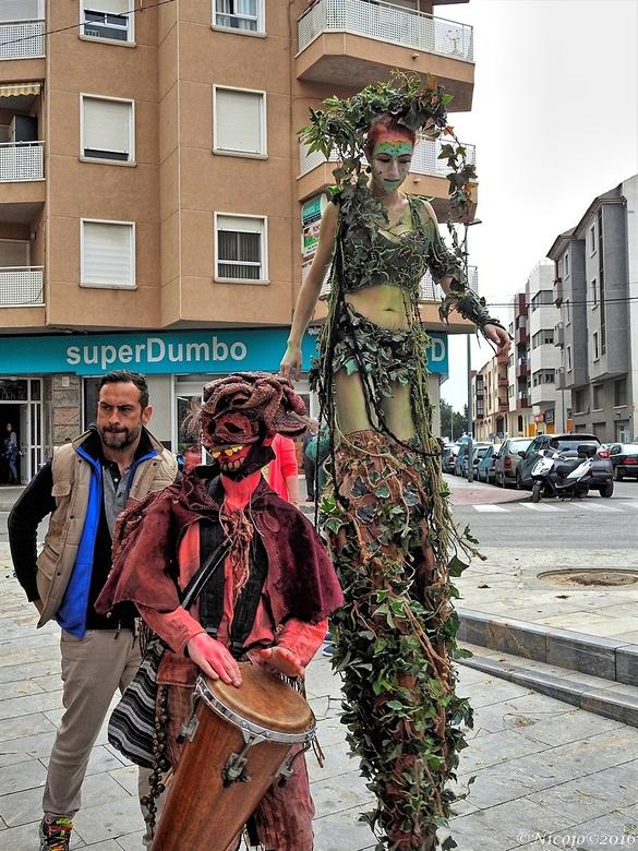 De lange dame..... - ......hier de lange dame met haar begeleiders op de middeleeuwse markt te Orihuela.<br /> De foto is niet top maar geeft een bee
