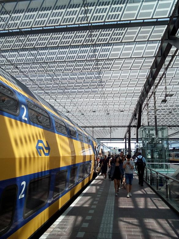 Commuting on a hot summer station - Tja, het dagelijkse leven hè? Mensen komen en mensen gaan...