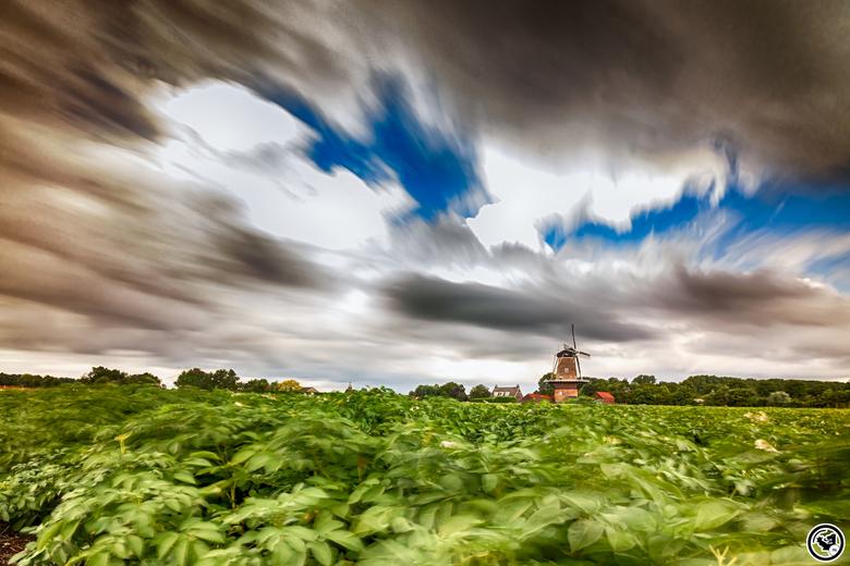 Donkere wolken... - Donkere wolken boven het Zeeuwse 's-Gravenpolder.