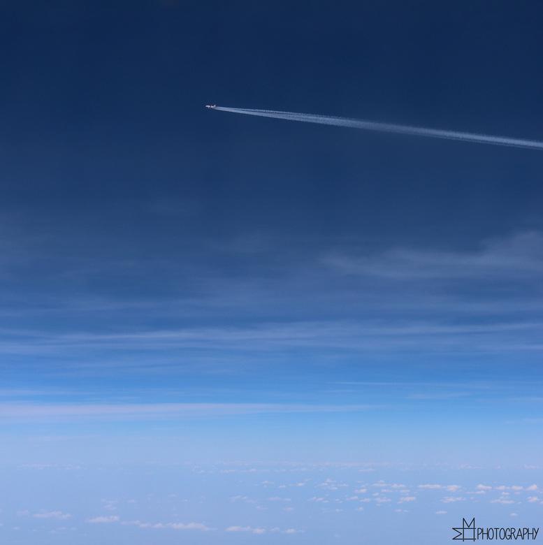 Alone in this blue, blue sky? - Alone in this blue, blue sky?<br /> - Gemaakt vanuit het vliegtuig -<br /> <br /> Het gevoel dat je alleen (aan het