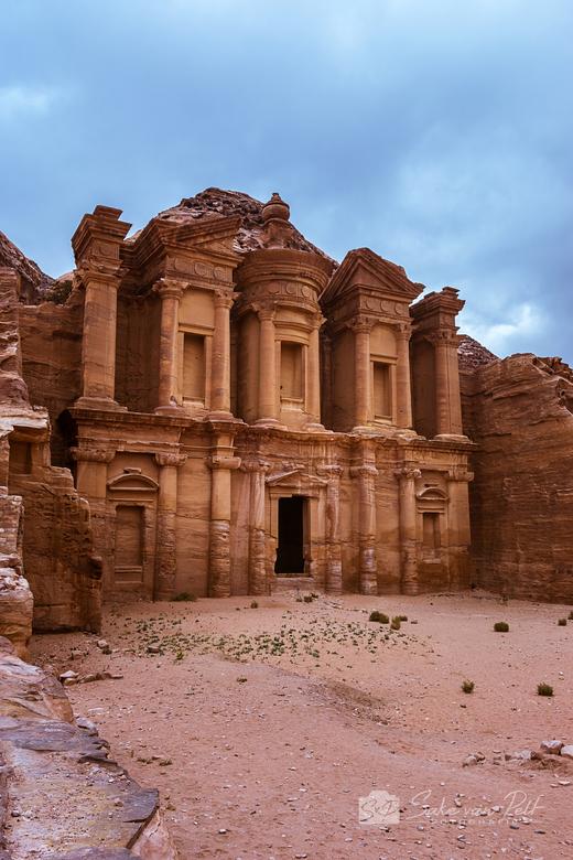 Ad Deir - Ad Deir in Petra, Jordanië. Een van de meest iconische bouwwerken in Petra. Helemaal uitgehakt uit de rotsen en met 40m hoog en 50m breed is