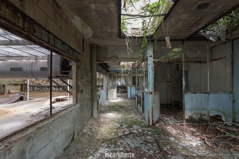 Skull factory - Een verlaten fabriek. Mooi verval, gave grafitti & vooral heerlijke wildgroei!