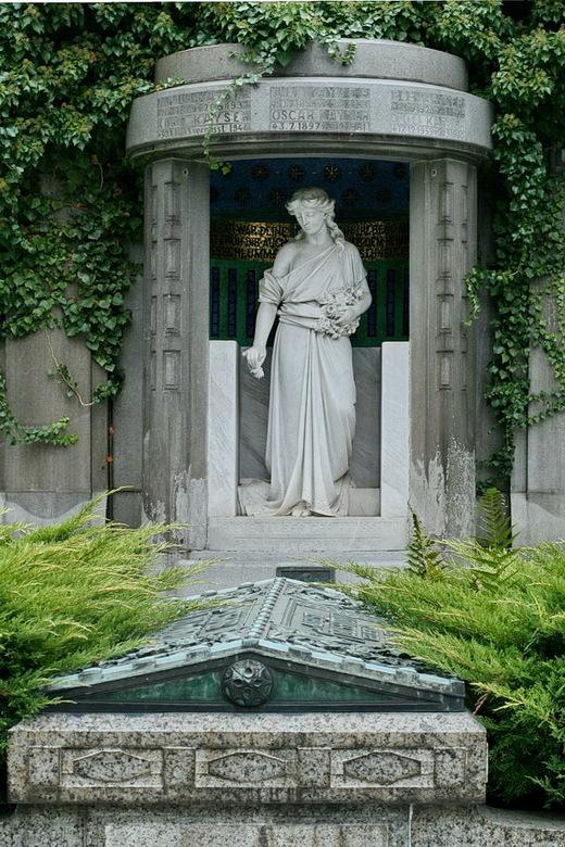 Begraafplaats - langs de moezel, plaats en locatie ben ik vergeten.<br />                 <br /> Gedicht.<br /> Een oude vrouwtje lag te denken, ik