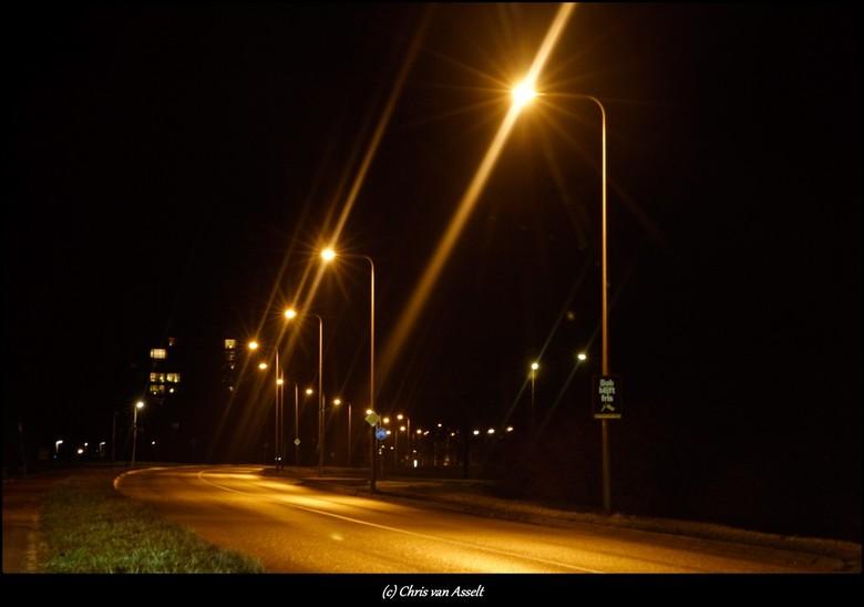 Gewoon een straat in Deventer - Het warme licht van de lantaarnpalen geeft een warme sfeer.