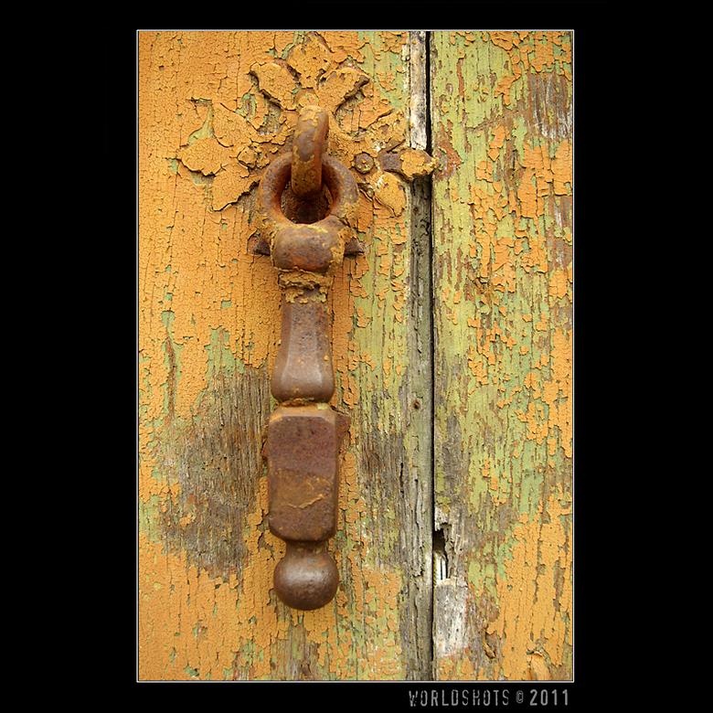klopper - deurklopper op een oude verweerde en gebladderde deur in Frankrijk