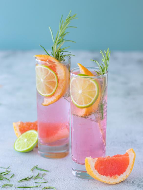 Gin Tonic @ the pool - Deze zomerse foto werd gemaakt voor een locaal Gin merk. ALs huis fotograaf van Dit merk experimenteer ik graag met verschillen