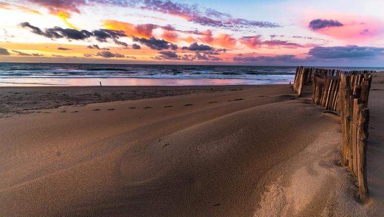 Beach fence - Een strandhek tijdens een prachtige zonsondergang.