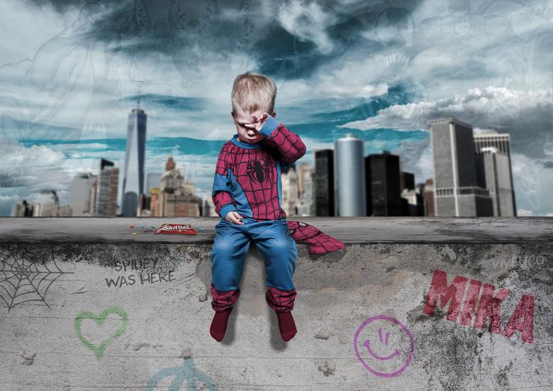 Spider-Mika - Zoonlief, in de studio geschoten en met Stock foto's bewerkt tot dit eindresultaat.
