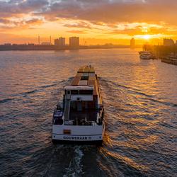 Schip en zonsondergang in Rotterdam
