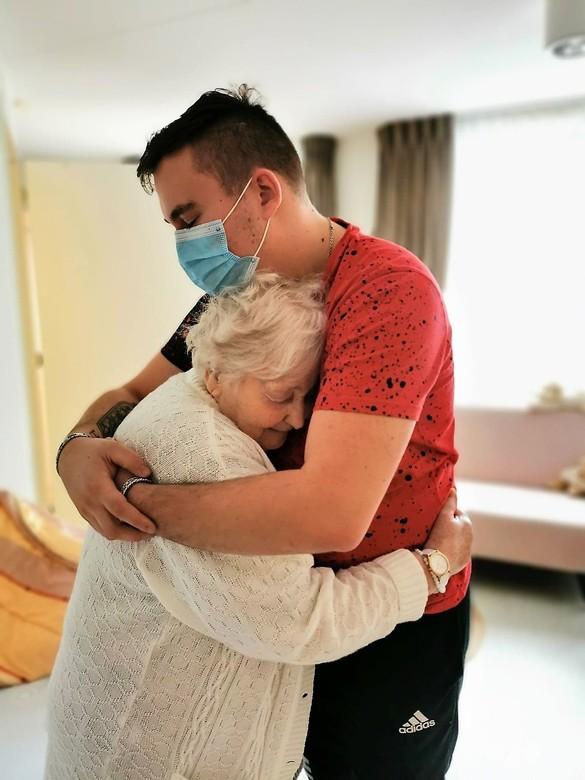 in liefde herenigd - Oma en kleinzoon, eindelijk herenigd in coronatijd