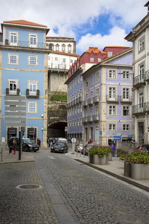 Portugal 31 - Straatbeeld met tunnel.
